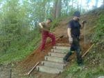Stavba schodů na naučné stezce